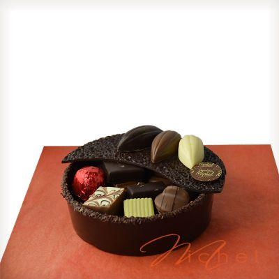 844c8d45cd2 Boite ronde noir garnie chocolats assortis - 360g. Trop fragile à expédier.  A récupérer au magasin.