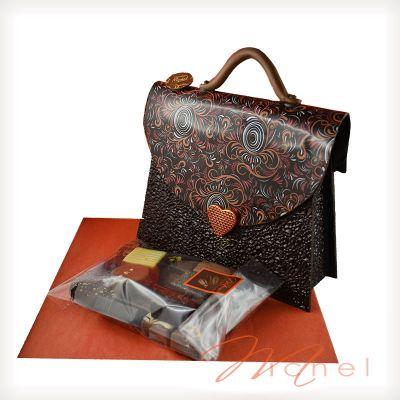 24d67d128d4 Sac à main noir garni chocolats assortis - 450g. Trop fragile à expédier. A  récupérer au magasin.